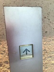 エレベーターボタン後