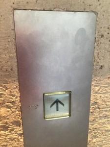 エレベーターボタン前