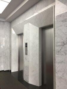 エレベーターのパネルや内壁に